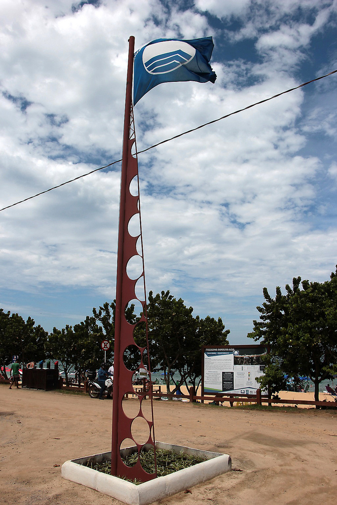 Bandeira Azul foi hasteada no Estaleiro e Estaleirinho