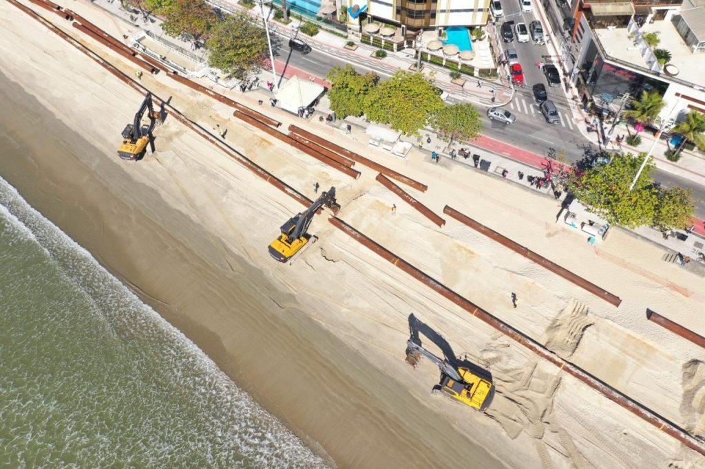 Linhas de tubos começam a ser levadas para o mar em Balneário Camboriú